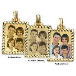 Foto gravada em placa de ouro retangular com bordas