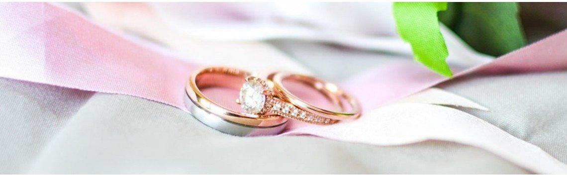 Anéis de noivado e alianças de casamento feitos à mão. Anéis femininos