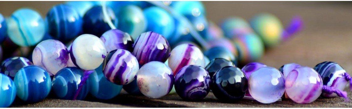 Bijoux faits à la main en pierres naturelles semi-précieuses.