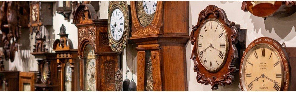 Relógio de parede para sala em estilo antigo, pêndulo e em madeira.