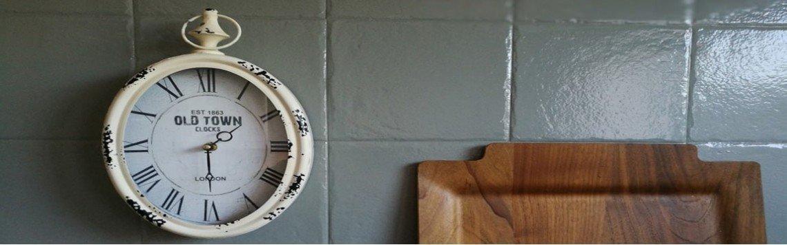 Relógio de cozinha moderno ou vintage, barato e com números claros.