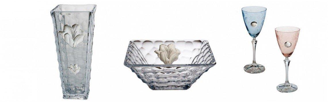 Artigos de presente de cristal com detalhes prateados. Copos, vasos...
