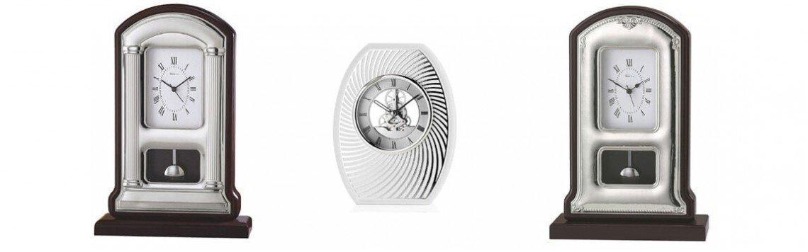 Reloj sobremesa de madera y plata, personalizado con grabación elegida